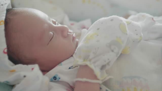 vídeos y material grabado en eventos de stock de bebé somnoliento asiático (0-1 meses) niño bostezando y quedarse dormido, tailandia. - 0 1 mes