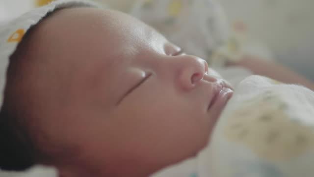 vídeos y material grabado en eventos de stock de bebé somnoliento asiático (0-1 meses) niño bostezando y quedarse dormido, tailandia. - recién nacido 0 1 mes