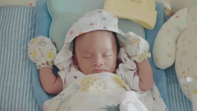 vídeos y material grabado en eventos de stock de bebé somnoliento asiático (0-1 meses) niño bostezando y quedarse dormido, tailandia. - bebés 0 1