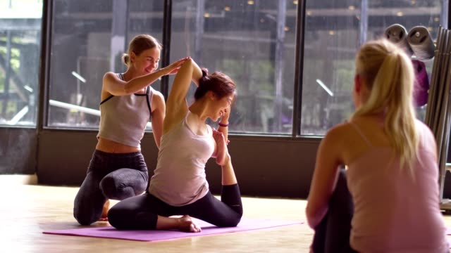 asiatische sportfrau und kaukasische weiße training yoga in yoga studio coaching von trainer, offenes licht aus der natur. gesunde, stadt lebensstil concept.slow motion footage. - yogastudio stock-videos und b-roll-filmmaterial