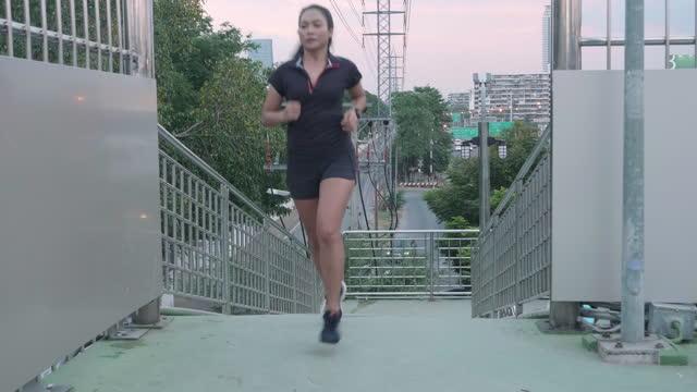 stockvideo's en b-roll-footage met aziatische sportvrouw die de helling loopt - jogster
