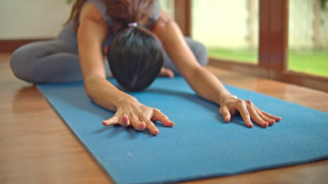 vidéos et rushes de entraînement asiatique de yoga de femme de sport à la maison. - membres du corps humain