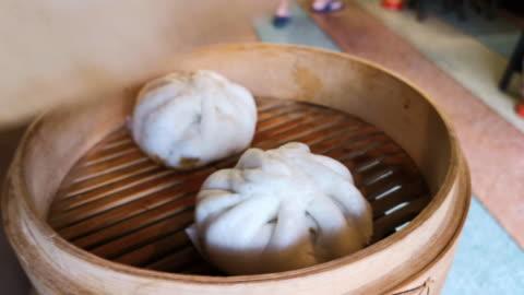 vídeos y material grabado en eventos de stock de dumplings asiáticos al vapor estar en la mesa. - comida coreana