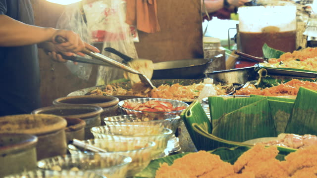 stockvideo's en b-roll-footage met aziatische street food: pad thai - thailand