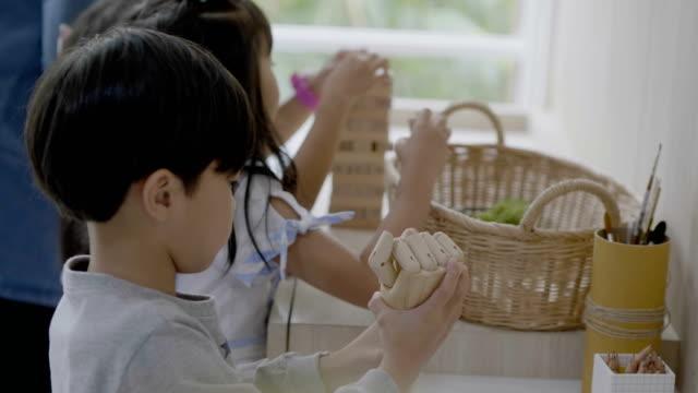 アジアの学生は、教室で遊んで楽しんでいます - 託児施設点の映像素材/bロール