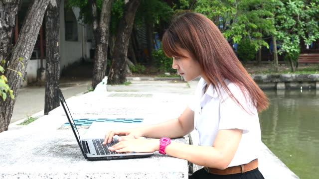 vídeos de stock e filmes b-roll de asian student using laptop computer in university - povo tailandês