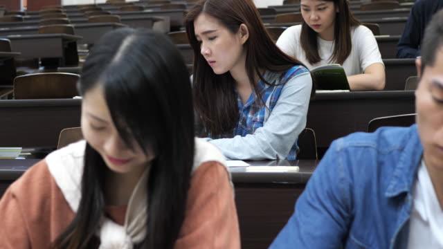 stockvideo's en b-roll-footage met aziatische studenten zijn dicht bij afstuderen. - publicatie