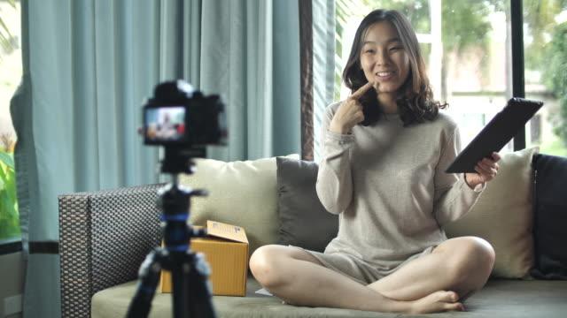 asiaten sprechen bei camera, vlog zu hause - ware stock-videos und b-roll-filmmaterial