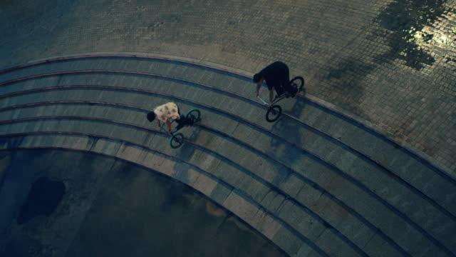 自転車に乗ってアジアの十代の少年グループ。 - スタントバイク点の映像素材/bロール