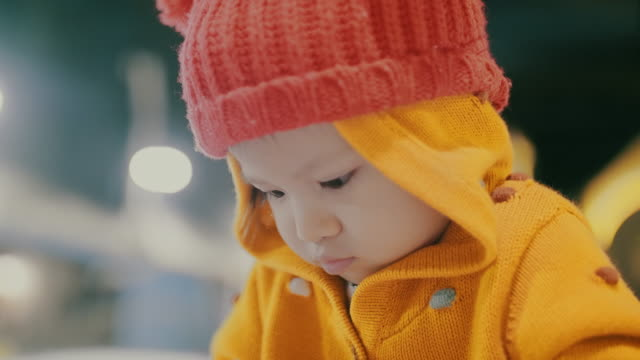 vídeos de stock, filmes e b-roll de asian criança brincando na neve - 2 3 anos