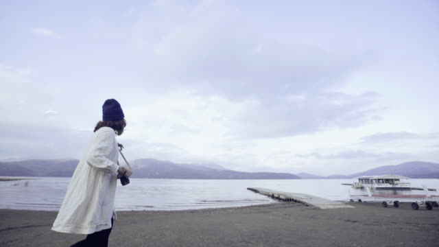 河口湖の美しい景色を見てアジア観光女性