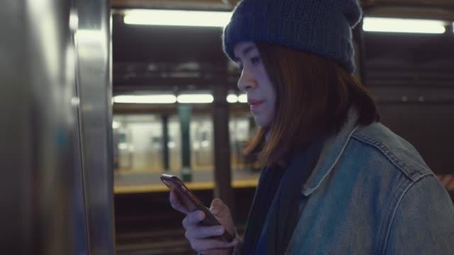 右の方法を探しているアジア観光の女性 - 駅点の映像素材/bロール