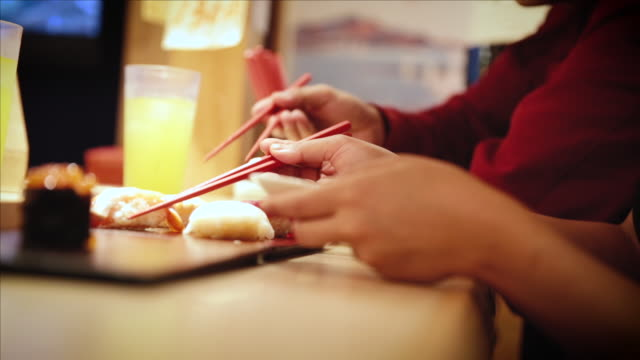 stockvideo's en b-roll-footage met asian tourists at sushi restaurant in tokyo - verwonderingsdrang