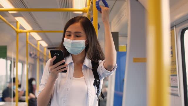 vídeos y material grabado en eventos de stock de viajero asiático que lleva una máscara mientras viaja :p máscara facial rotectiva - malaysian culture