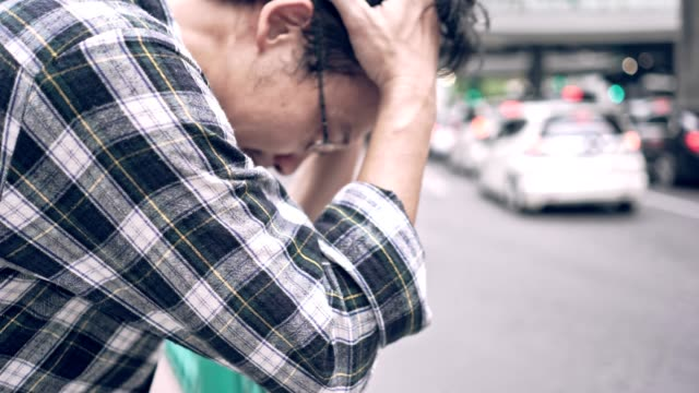 アジア無職の男を強調しました。大人の不安ありますうつ病や問題にドラッグを生活感悲しみ、孤独、心配に。 - 心配する点の映像素材/bロール