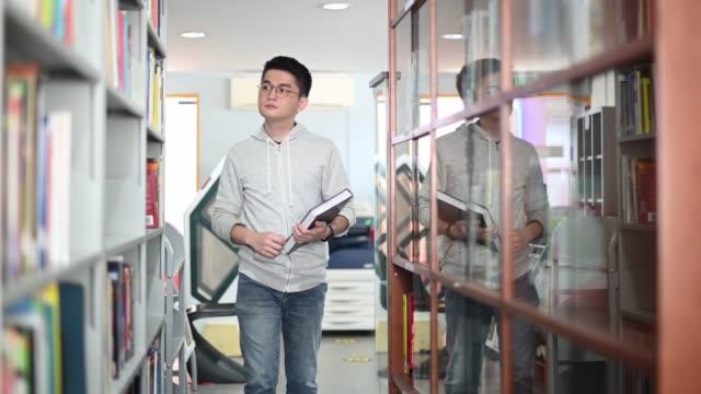 図書館で勉強しているアジアの大学生 - 公共図書館点の映像素材/bロール