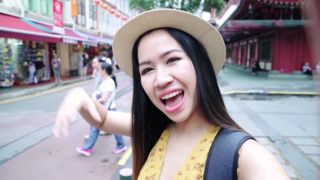 asian vlogger woman taking a selfies at china town in singapore. - luogo d'interesse video stock e b–roll