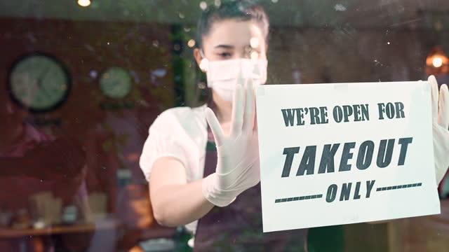 vídeos y material grabado en eventos de stock de camarera asiática poner en la pared de cristal de la cafetería de la señalización de la puerta de lata, 4k cámara lenta. - sign