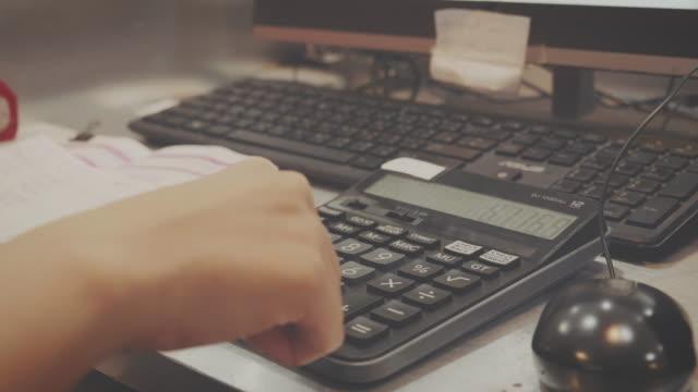 vídeos y material grabado en eventos de stock de mujer asiática calculando en casa - libro mayor
