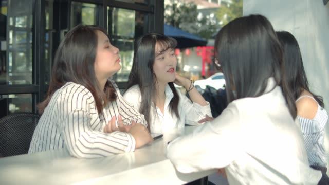 公園でおしゃべりアジアの女性 - public park点の映像素材/bロール