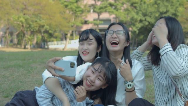 公園でおしゃべりアジアの女性 - 自分撮り点の映像素材/bロール
