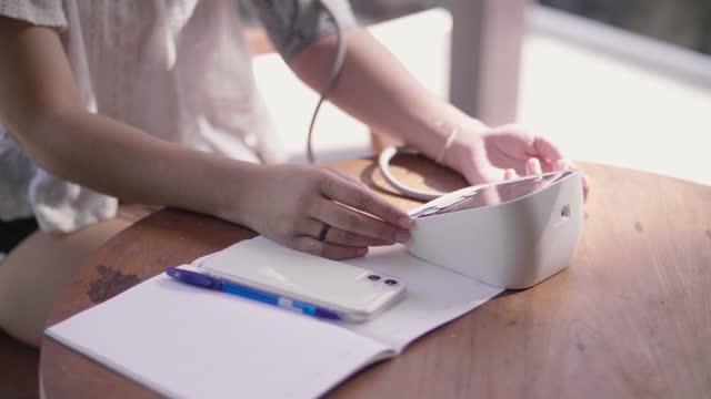 自宅で血圧をチェックするアジアの女性。 - 循環系点の映像素材/bロール