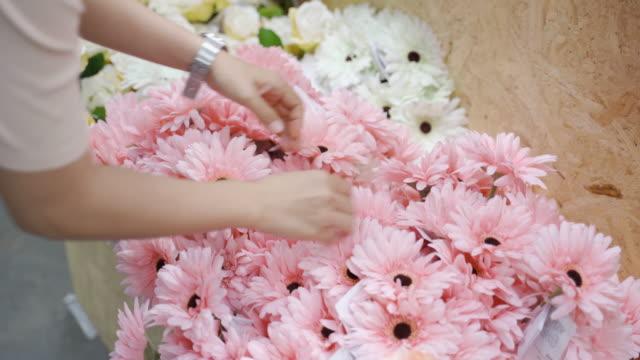 stockvideo's en b-roll-footage met de aziatische vrouw kiest en het winkelen bloem voor versier huis - bloemenmotief
