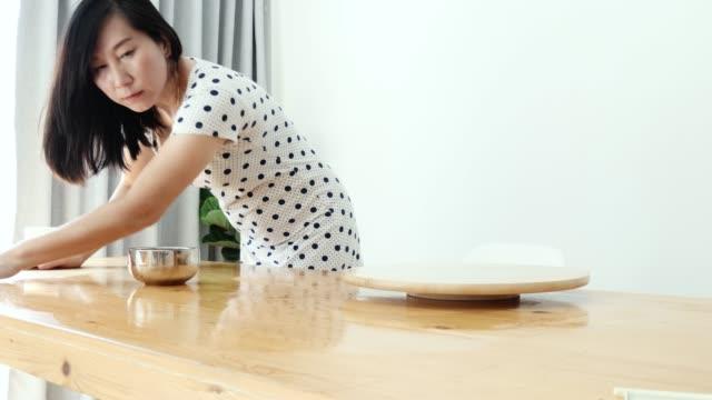アジアの女性は、自宅で窓の近くにテーブルを掃除し、ライフスタイルのコンセプト。 - ハイチ点の映像素材/bロール