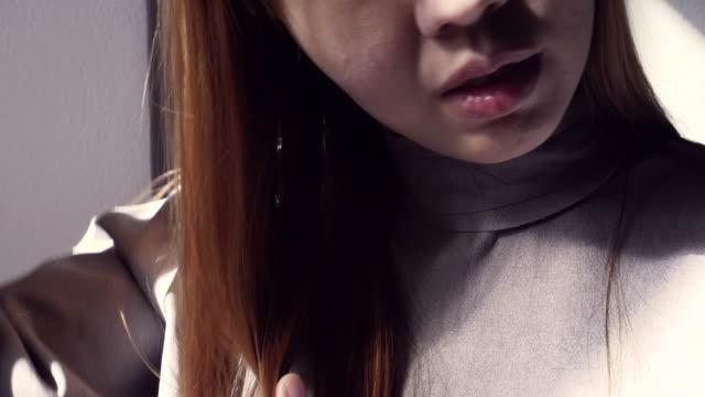 アジアの女性の髪を梳く - ヘアケア点の映像素材/bロール