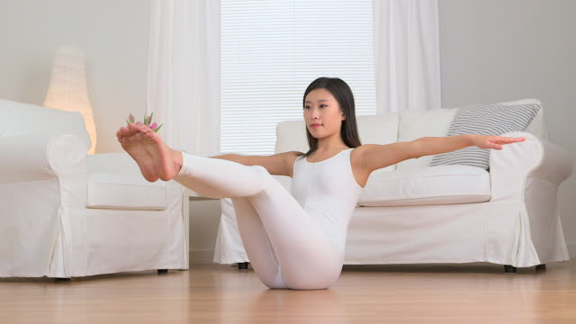 asian woman doing yoga - gymnastikanzug stock-videos und b-roll-filmmaterial