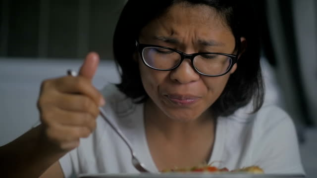 Aziatische vrouw eten van pittige Thaise groene papaja salade, Slow motion