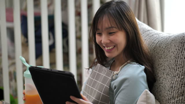 asiatisk kvinna e-learning från digital tablett - hot desking bildbanksvideor och videomaterial från bakom kulisserna