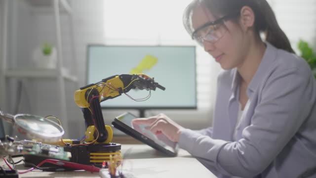 vídeos de stock, filmes e b-roll de asian woman engineer trabalhando com tecnologia de inovação - protótipo