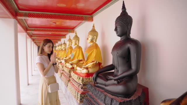 asiatische frau genießen für wahrzeichen von bangkok wat phra kaeo in bangkok city - bangkok stock-videos und b-roll-filmmaterial