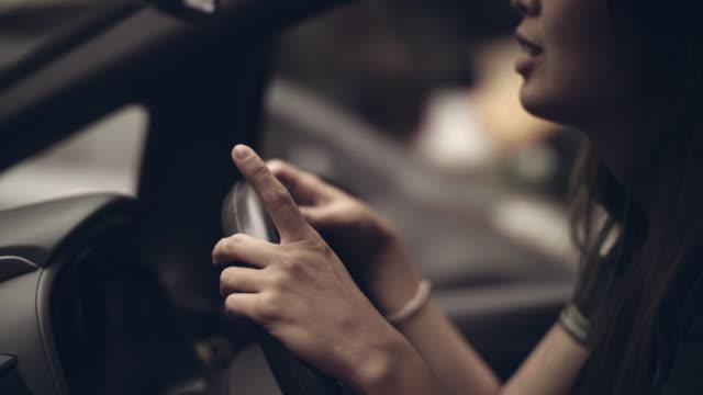 asiatische frau musikgenuss im auto - radiogerät stock-videos und b-roll-filmmaterial