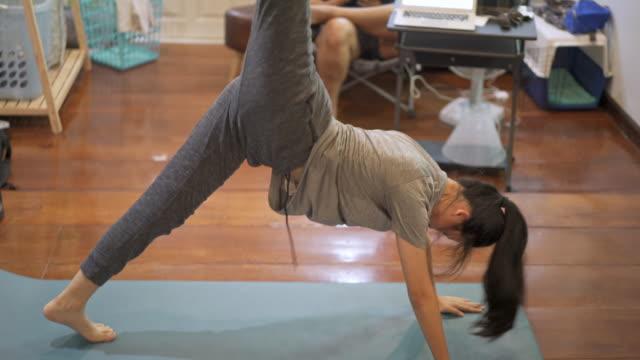 vídeos y material grabado en eventos de stock de ejercicio de mujer asiática en casa haciendo cardio hiit entrenamiento para pérdida de grasa & toning corporal - patadas