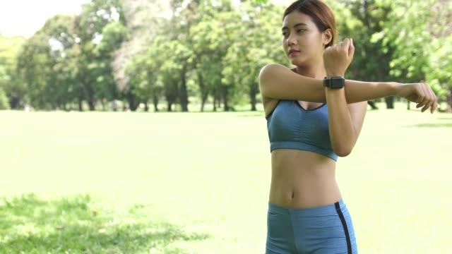 アジアの女性の運動, トレーニングの準備 - 準備運動点の映像素材/bロール