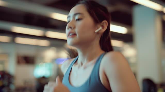 asiatische frau beim training im fitnessstudio - trainingsraum wohnraum stock-videos und b-roll-filmmaterial