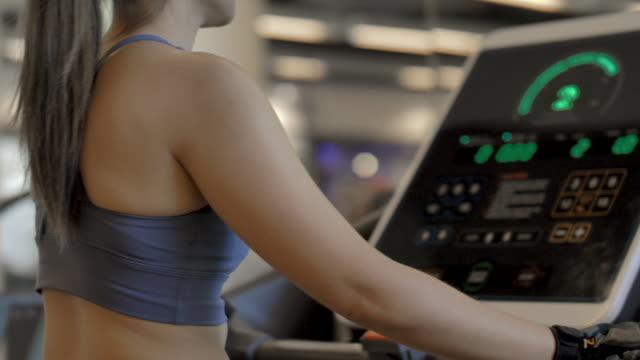 vídeos y material grabado en eventos de stock de mujer asiática haciendo ejercicio en el gimnasio - miembro humano
