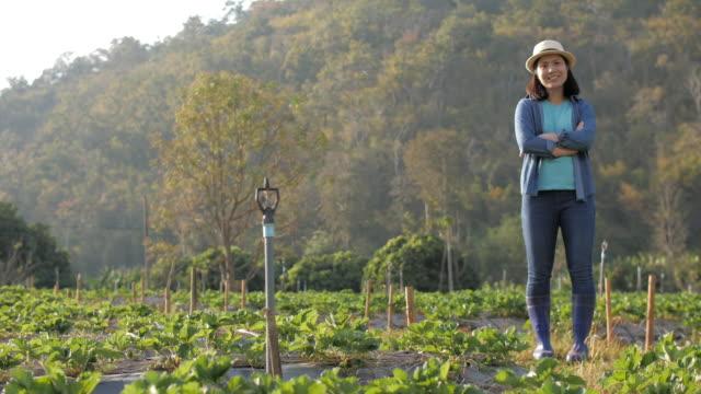 亞洲婦女農夫微笑在她的農場, 農業概念, 慢動作 - 招貼 個影片檔及 b 捲影像