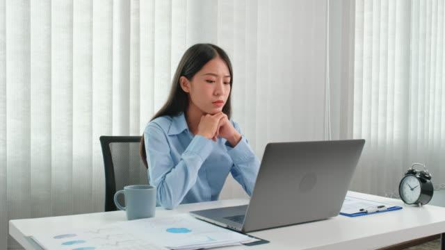 vidéos et rushes de femme asiatique se sentant stressé et fatigué du travail dur au bureau - représentation féminine