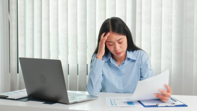 vídeos y material grabado en eventos de stock de mujer asiática sentirse estresada y cansada del trabajo duro en la oficina - fragilidad