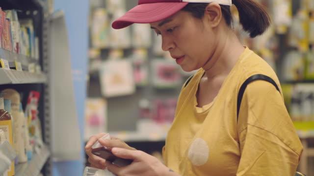 vídeos de stock e filmes b-roll de asian woman grocery shopping - viciado em compras