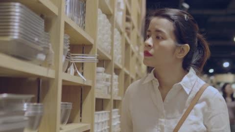 アジアの女性の食料品の買い物 - プラスチック容器点の映像素材/bロール