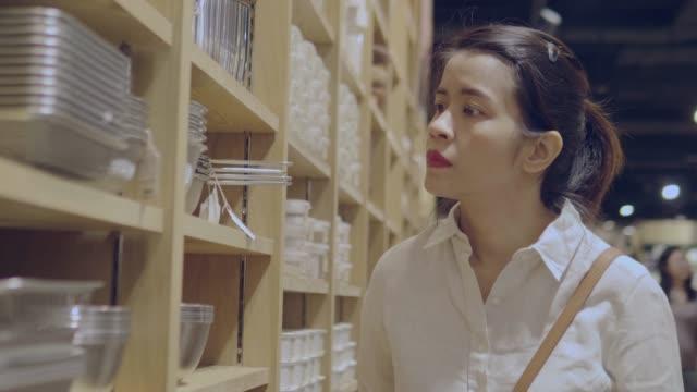 vídeos y material grabado en eventos de stock de mujer asiática compras - bandeja