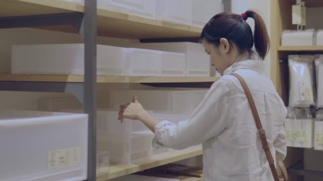 vídeos de stock, filmes e b-roll de mulher asiática compras - contéiner de plástico