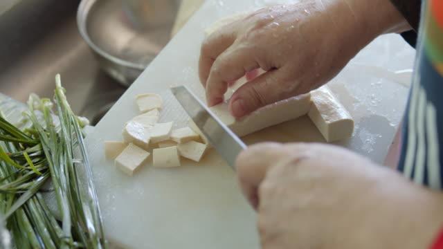 台所で豆腐をスライスするアジアの女性の手 - dairy product点の映像素材/bロール