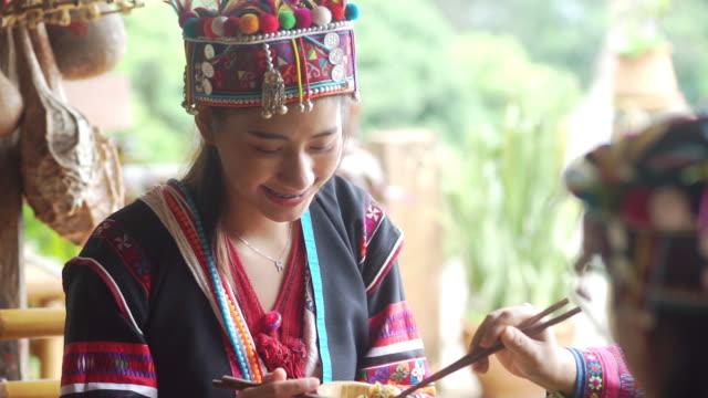 vidéos et rushes de femme asiatique ayant le dîner avec sa famille - minorité