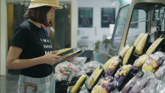 asian woman in grocery store - freshness video stock e b–roll