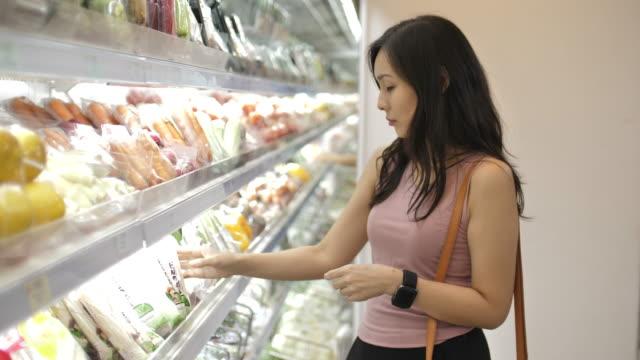 スーパーマーケットのアジア人女性 - ビニール袋点の映像素材/bロール